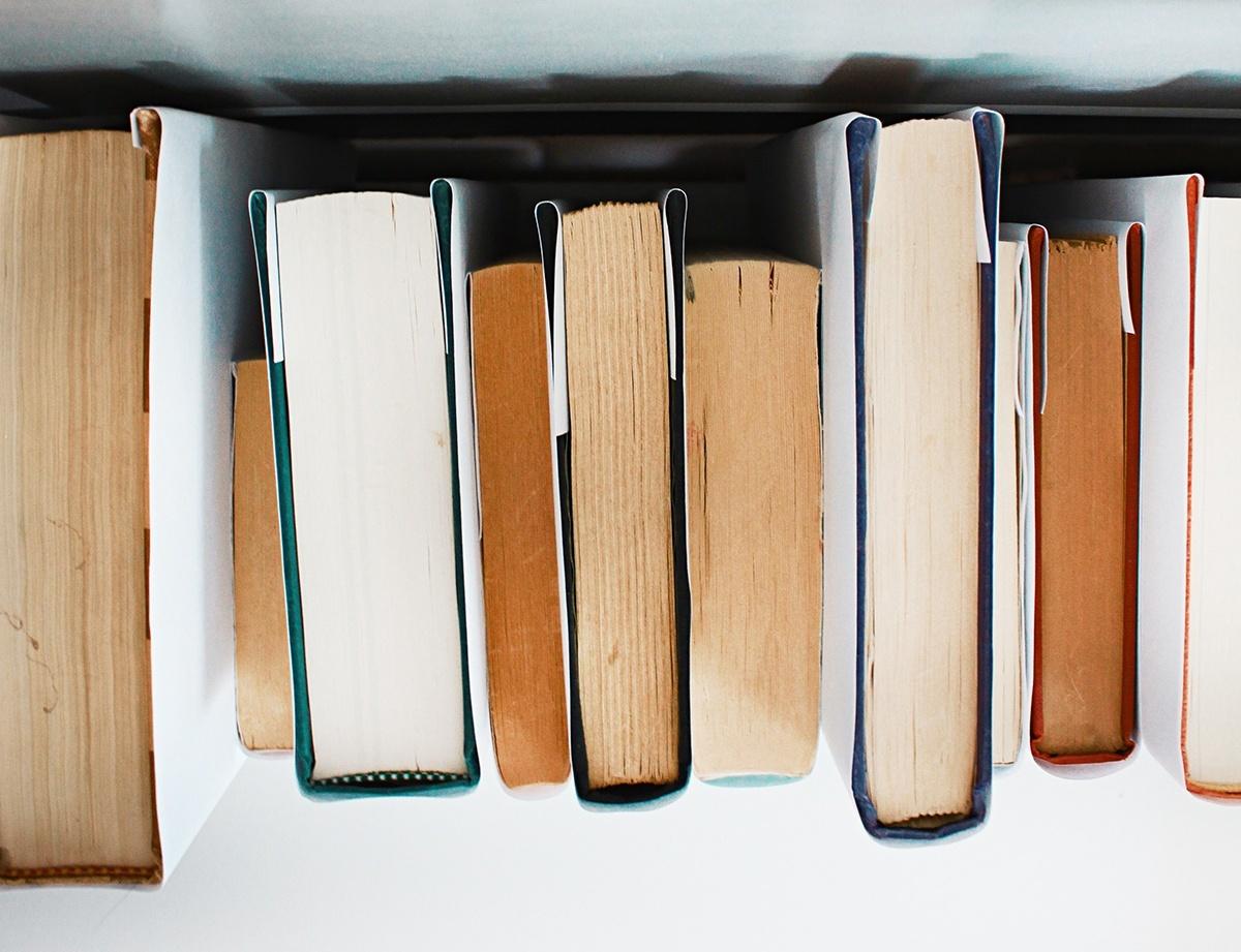 Rivi kirjoja ylhäältä päin kuvattuna.